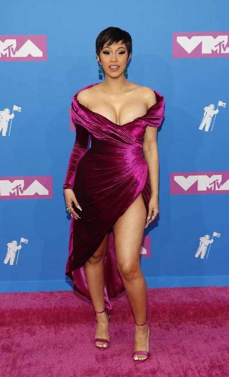 A rapper Cardi B, líder nas indicações do prêmio (são 10!), escolheu um vestido sexy do libanês Nicolas Jebran com fendas e decotes. As joias são de Lorraine Schwartz. É dela o show que abre o evento Foto: ANDREW KELLY / REUTERS