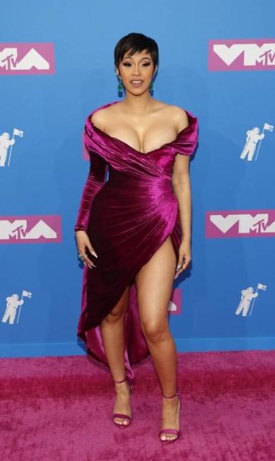 A rapper Cardi B, líder nas indicações do prêmio (são 10!), escolheu um vestido sexy do libanês Nicolas Jebran com fendas e decotes. As joias são de Lorraine Schwartz. É dela o show que abre o evento ANDREW KELLY / REUTERS