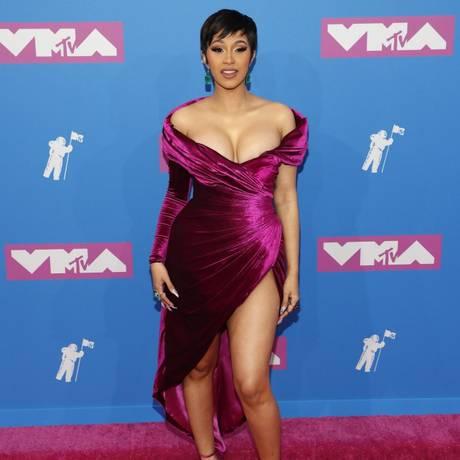 A rapper Cardi B escolheu um vestido com fendas e decotes Foto: ANDREW KELLY / REUTERS