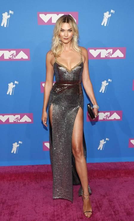 """A top Karlie Kloss com uma fenda """"uau"""" em vestido de Elie Saab Foto: ANDREW KELLY / REUTERS"""