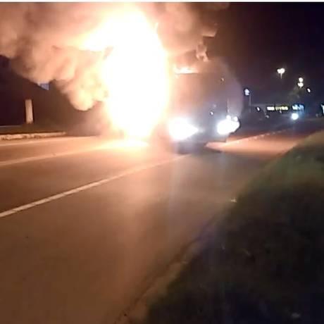 Ônibus incendiado na pista Foto: Reprodução