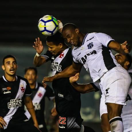 Yago Pikachu disputa a bola pelo alto no empate entre Vasco e Ceará Foto: Marcelo Regua / Agência O Globo
