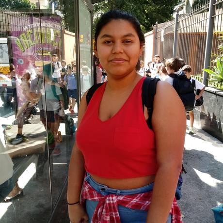 Para apoiar vítimas de assédio sexual em escolas, a estudante do Colégio São Vicente de Paulo Isabela Corrêa, de 15 anos, foi de blusa vermelha para a aula Foto: Clarissa Pains / .