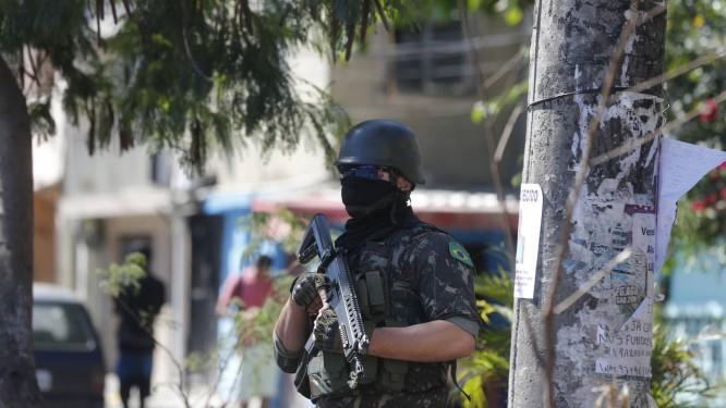 Especialistas em segurança pública criticaram a operação da última segunda-feira, que terminou com cinco suspeitos e dois militares mortos Foto: Pablo Jacob / Agencia O GLOBO