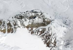 Imagem de satélite tirada no fim de julho já mostrava o gelo fragmentado na costa norte da Groenlândia Foto: Nasa