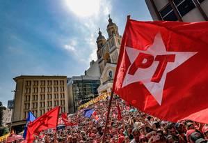 Manifestantes seguram bandeiras do PT em ato de apoio ao partido Foto: Ricardo Stuckert / Instituto Lula