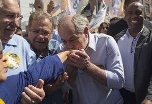 Ciro Gomes beija eleitora durante caminhada no centro de Guarulhos, na Grande São Paulo Foto: Edilson Dantas / Agência O Globo