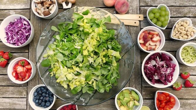 Alimentação que inclui todos os grupos, como frutas e legumes, além de hidratação adequada, são necessárias para cicatrização eficiente Foto: Pixabay