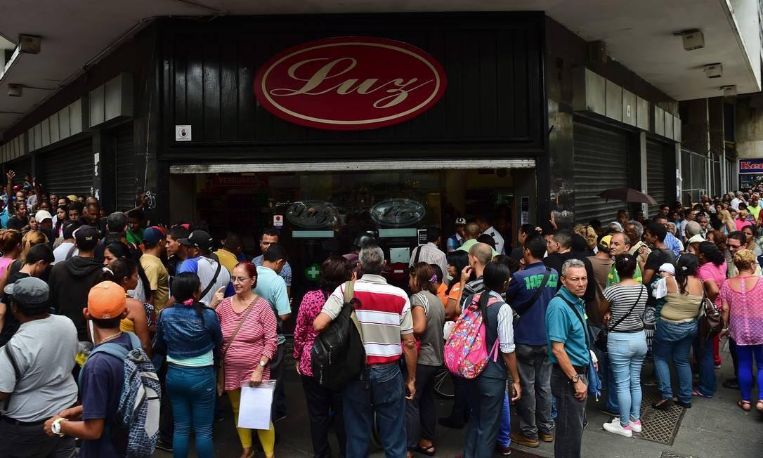 Venezuelanos se aglomeram em frente a mercado para comprar alimentos básicos: desabastecimento virou uma constante Foto: / AFP?RONALDO SCHEMIDT/13-09-2016