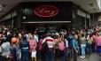 Venezuelanos se aglomeram em frente a mercado para comprar alimentos básicos: desabastecimento virou uma constante