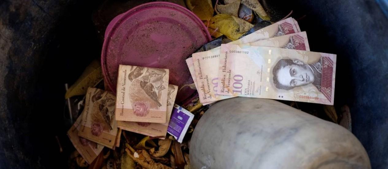 Notas 100 bolívares foram lançadas em uma lixeira em um posto de gasolina da petrolífera estatal venezuelana PDVSA em Caracas Foto: Marco Bello / Reuters