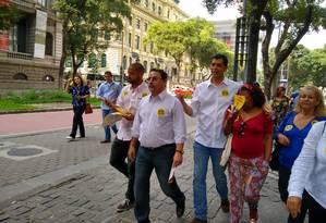 Índio da Costa faz campanha no Centro do Rio. Ele concorre ao cargo de governador Foto: Waleska Borges / O Globo