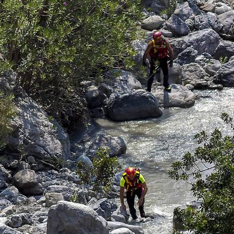 Bombeiros continuam buscando vítimas no parque Pollino, na Itália Foto: KONTROLAB / AFP