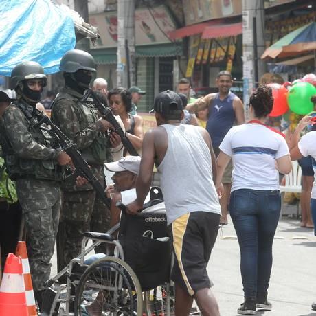 Militares em operação na rua Itaoca, no Complexo do Alemão Foto: Guilherme Pinto / Agência O Globo
