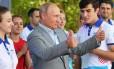 Presidente da Rússia, Vladimir Putin, faz sinal positivo durante evento com jovens Foto: ALEXEI DRUZHININ / AFP