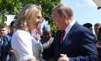 Karin Kneissl, ministra de relações exteriores da Áustria, dança com Putin em seu casamento Foto: POOL / REUTERS