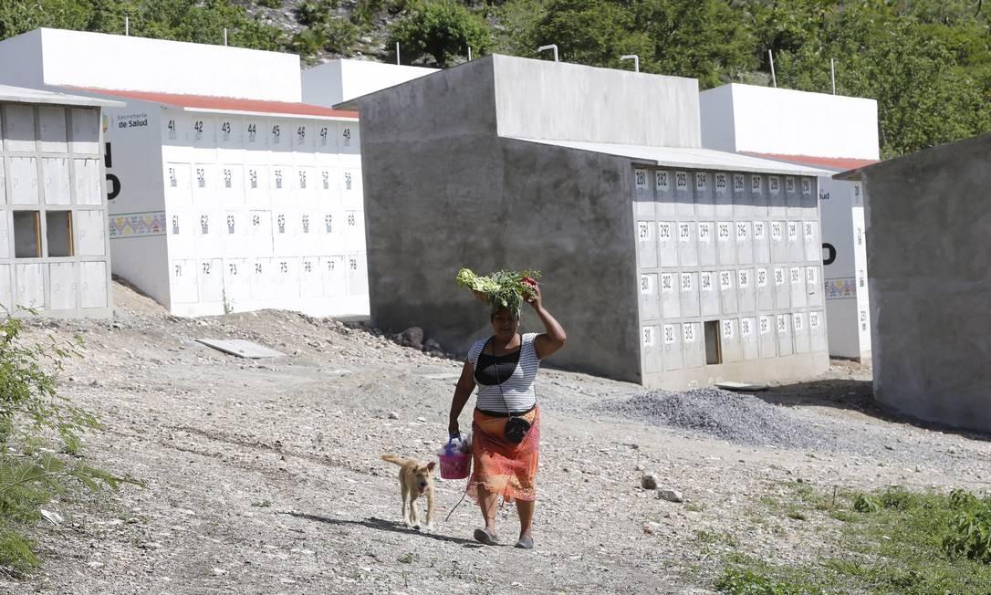 No cemitério de Chilpancingo, o governo está construindo covas para esperar a identificação dos corpos acumulados no serviço médico forense. Foto: Domingos Peixoto / Agência O Globo