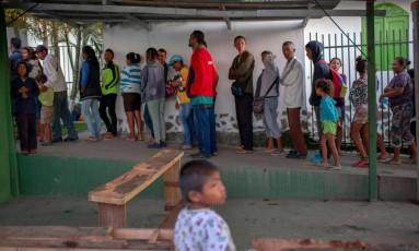 Venezuelanos fazem fila para receber café da manhã, em igreja em Paracaima (RR) Foto: MAURO PIMENTEL / AFP