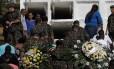 Enterro dos militares aconteceu em Engenheiro Pedreira, em Japeri Foto: RICARDO MORAES / REUTERS
