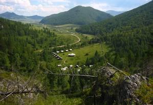 Vista do sítio arqueológico do vale da região de Denisova, Sibéria, onde fica a caverna na qual os restos da menina foram encontrados Foto: B. Viola/Instituto Max Planck para Antropologia Evolucionária