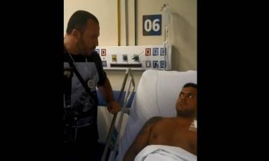 Eber do Nascimento Candido foi preso ainda no hospital após ser reconhecido em vídeo onde é socorrido no Complexo da Penha Foto: Reprodução / Polícia Civil