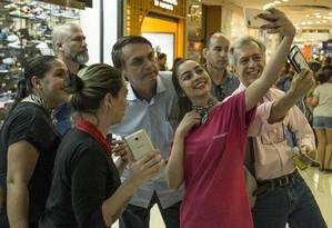 Bolsonaro tira selfie com eleitores em shopping no Rio Foto: Guito Moreto / Agência O Globo