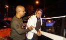 Na imagem, o delegado André Uchôa chegando com o suspeito Paulo Maurício na DH da Barra Foto: Uanderson Fernandes / Agência O Globo