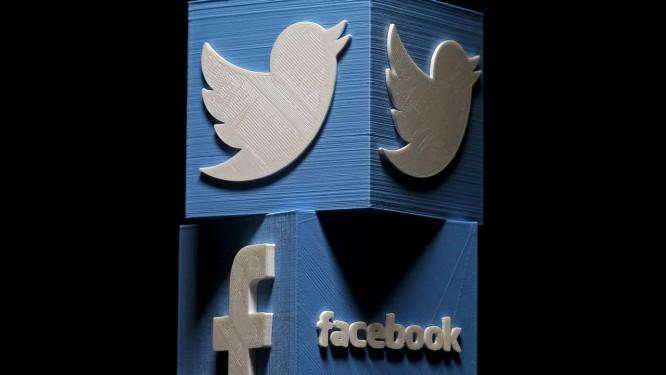 Twitter e Facebook investigaram e removeram de suas plataformas centenas de perfils falsos com fins políticos Foto: Dado Ruvic / REUTERS
