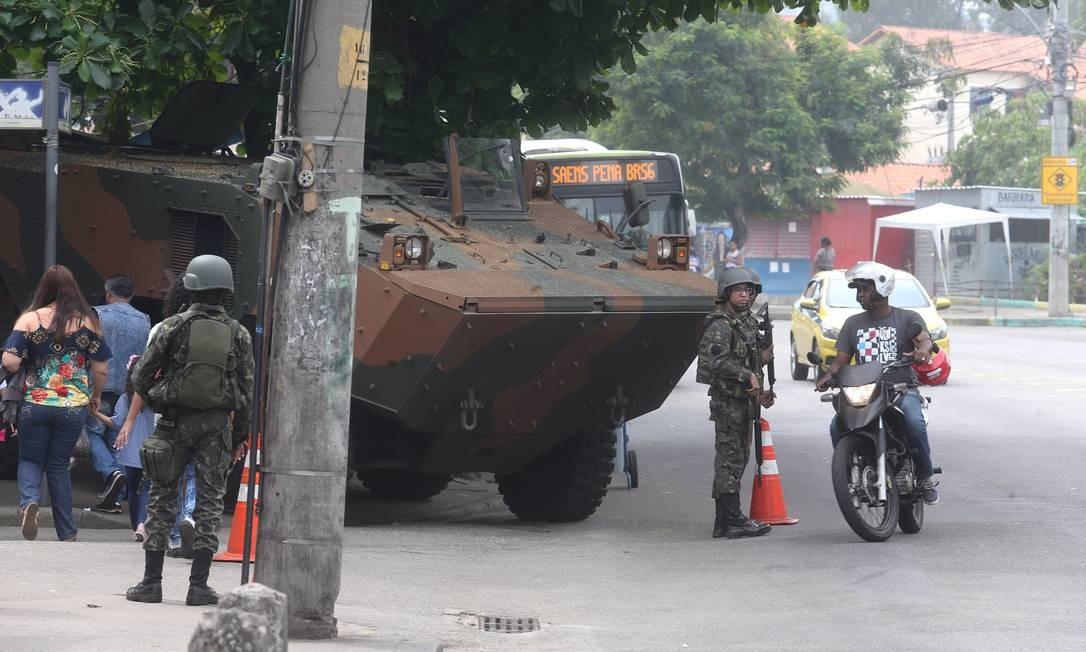 Homens das Forças Armadas no Complexo do Alemão Foto: Guilherme Pinto / Agência O Globo / 21.08.2018