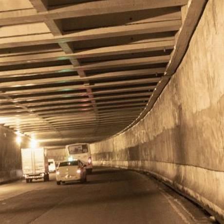 Quase nada. Parte do teto e das paredes no sentido Méier recebeu pintura e tratamento para infiltrações Foto: Ana Branco / Agência O Globo