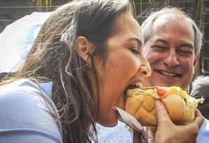 Em Osasco (SP), Ciro observa a mulher, Giselle Bezerra, comer um cachorro-quente Foto: Edilson Dantas