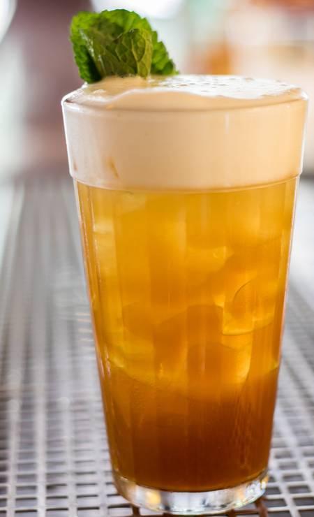 Este chope de colarinho muito bem tirado é fake. Na carta de drinques do Astor, o Birra e Amaro é feito com Amaro Lucano, limão e cerveja pilsen Foto: Leo Feltran / Divulgação