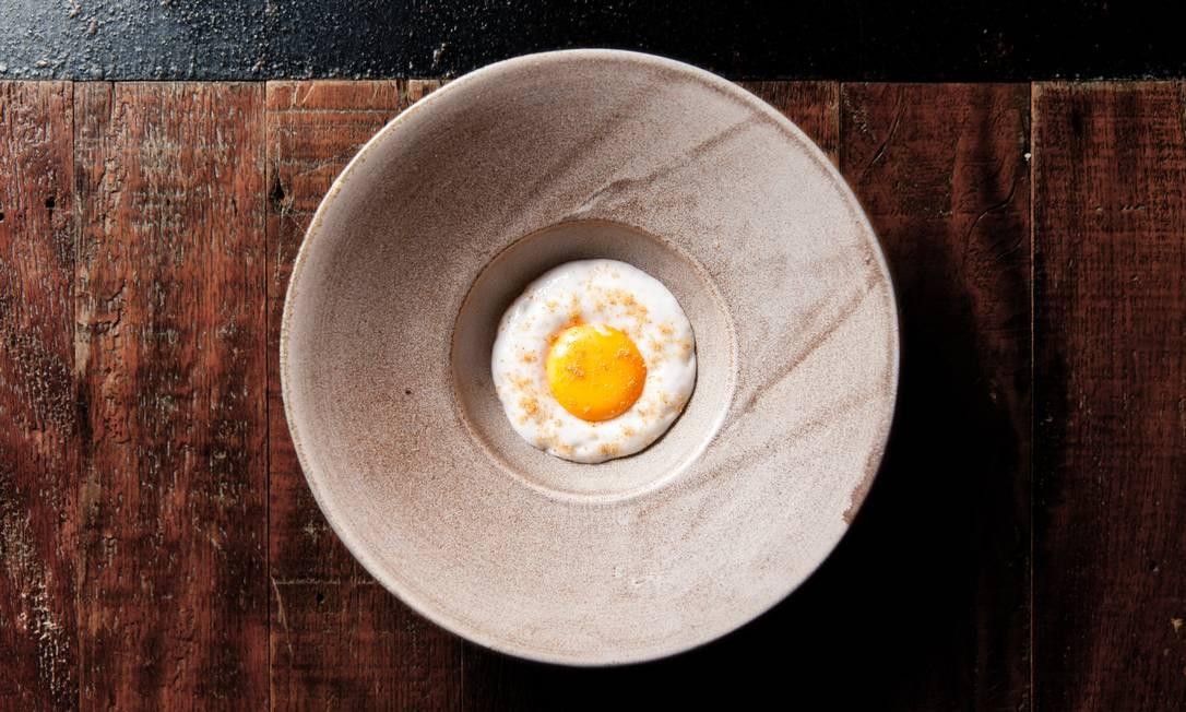 """Os tempos dos pirulitos com sabor de gazpacho e o caviar de legumes do chef Ferran Adrià podem ter ficado para trás, mas a alta gastronomia segue divertindo com suas pegadinhas visuais. Como nesse purê de inhame e leite de coco com gema de ovo e carne seca em pó. A criação do chef Rafa Costa e Silva imita um ovo frito e já esteve algumas vezes no menu degustação do Lasai. Confira na galeria outros pratos feitos para """"bugar"""" o olhar nos restaurantes Foto: Rubens Kato / Divulgação"""