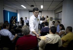 Candidato do PSD ao governo do Rio, Indio da Costa foi ao Cadeg conversar com comerciantes Foto: Márcia Foletto