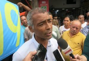Romário concede entrevista antes de caminhada pela Taquara, Zona Oeste do Rio Foto: Stéfano Salles