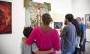 Criança de 10 anos com a mãe diante da tela de Fernando Baril na 'Queermuseu', nesta quarta-feira Foto: Ana Branco / Agência O Globo