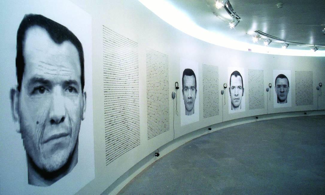 """Em """"Retratos falados"""" são exibidas quatro reproduções de retratos do artista Chico Amaral feitos por um técnico da Polícia Civil a partir dos relatos de quatro pessoas diferentes. A transcrição e o áudio dos respectivos depoimentos acompanham as imagens. Na Galeria Aymoré: Ladeira da Glória 26, Glória (4136-1550). Qua a dom, das 13h às 18h. Até 26 de setembro. Divulgação"""