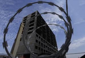 Obras paralisadas no Porto Maravilha: prédio perto da rodoviaria Novo Rio, atrás do terminal de ônibus Foto: Antonio Scorza / Agência O Globo
