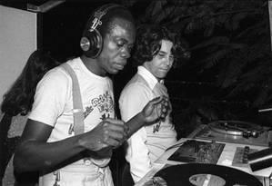O DJ Dom Pepe e Nelson Motta, na boate The Frenetic Dancing Days, em 1976. Foto: Arquivo pessoal / Divulgação