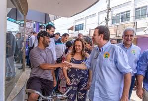 Eduardo Paes (DEM) faz caminhada em Campos, no Norte Fluminense Foto: Divulgação