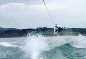 Marreco segue com habilidade no wakeboard Foto: Reprodução