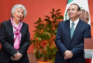 Olga Sánchez Cordero (esquerda) substituirá Alfonso Navarrete (direita) no Ministério do Interior Foto: ALFREDO ESTRELLA / AFP