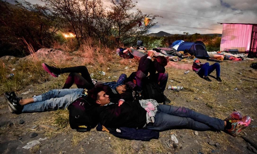 Venezuelanos dormem no chão do Equador durante sua trajetória ao Peru; governo de Lima passará a exigir passaportes, mas muitos que há dias viajam para chegar ao país não os carregam Foto: LUIS ROBAYO / AFP
