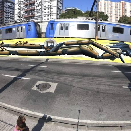 O muro cinza da linha férrea do Méier recebeu uma pintura de 37 metros de Marcelo Eco Foto: Divulgação