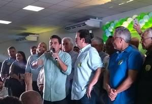 Eduardo Paes em evento na cidade de Campos. Ao seu lado esquerdo, o prefeito da cidade, Rafael Diniz. Na direita, o deputado Geraldo Pudim Foto: Bernardo Mello / Agência O Globo