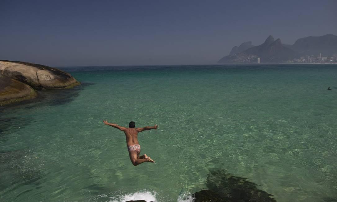 """Os cariocas aproveitaram que o sol estava brilhando, para curtir o """"mar caribenho"""" do Arpoador Foto: Márcia Foletto / Agência O Globo"""