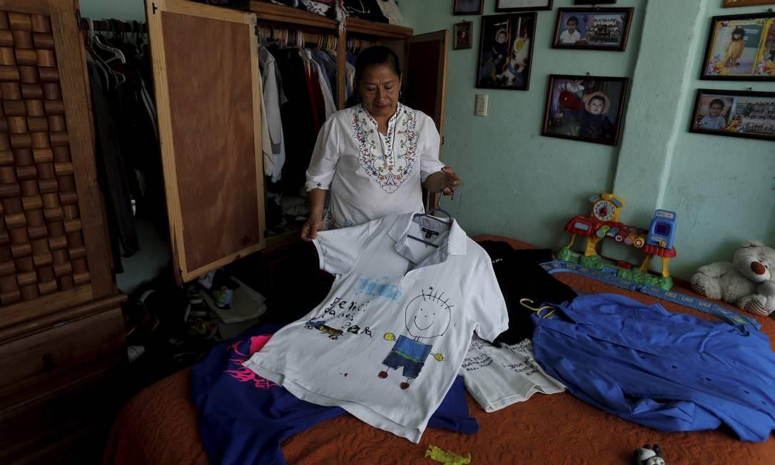 Maria Guadalupe Rodríguez mostra as roupas do filho Josué desaparecidos. Ela agora preside uma organização de famíliares de vítimas da violência no estado de Guerrero Foto: Domingos Peixoto / Agência O Globo