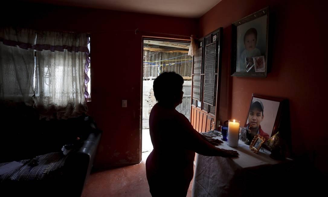 Esther de Aquino Velasquez mostra foto de seu filho Luiz Giovani, desaparecido no dia 14/06/2016. Segundo suas investigações, ele é escravo do narcotráfico Foto: Domingos Peixoto / Agência O Globo