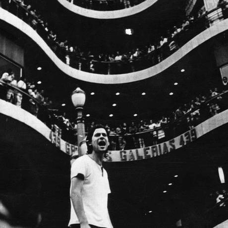 O então líder estudantil José Dirceu, apelidado de Ronnie Von das Massas, na Galeria do Rock em São Paulo Foto: FolhaPress