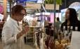 Leonor Espinosa experimenta cachaças no Rio Gastronomia